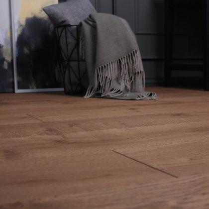 Ozola grīdas dēļi Rustic ar cietvaska apdari Walnut tonī