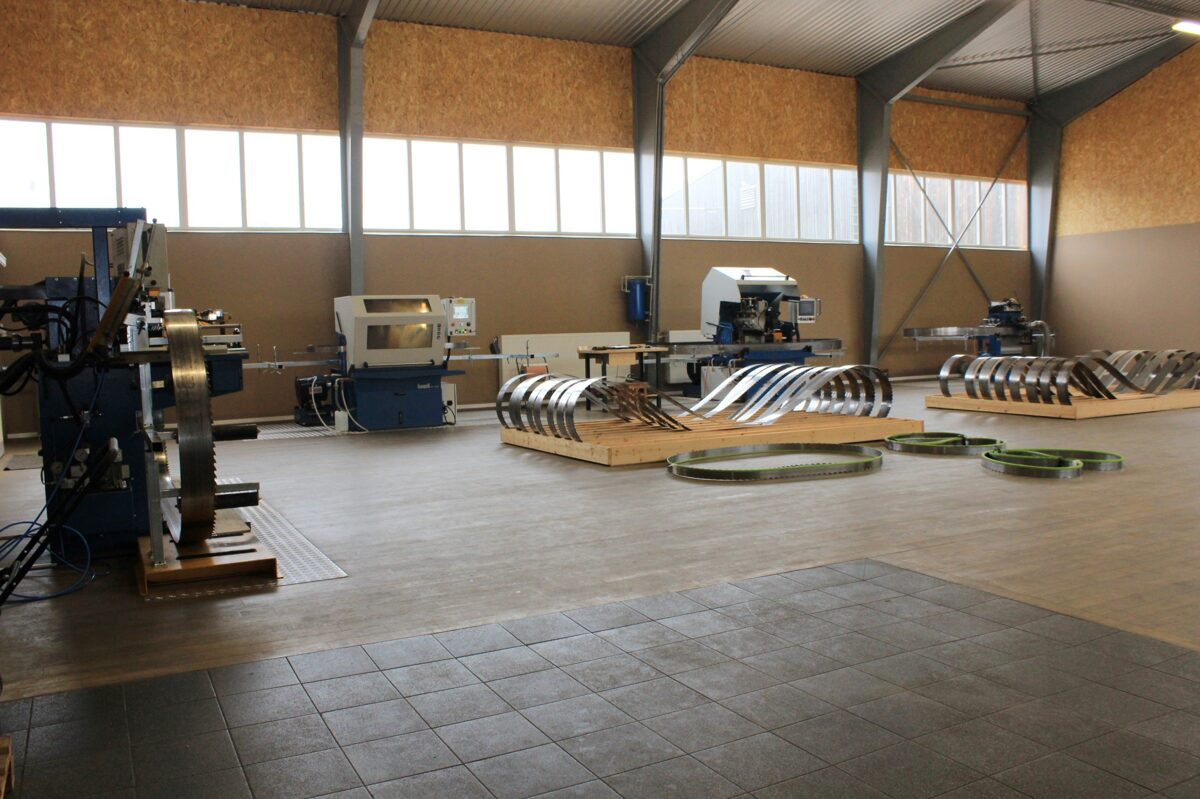 ISELI zāģlentu asināšanas iekārtas - Šveices precizitāte koksnes apstrādē jau 75 gadus